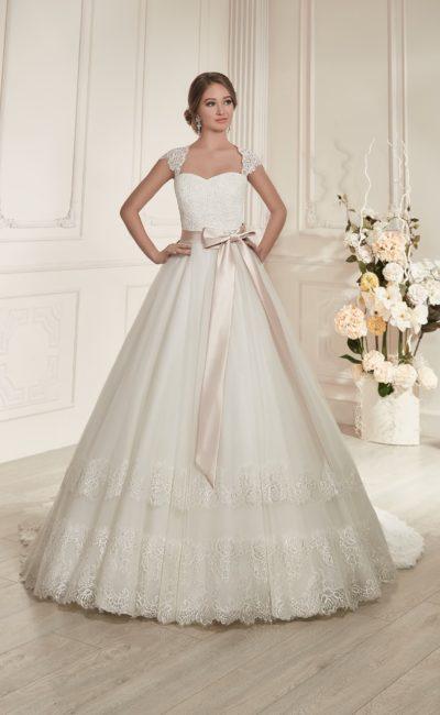 Стильное свадебное платье с широкими кружевными бретелями и розовым поясом из атласа.