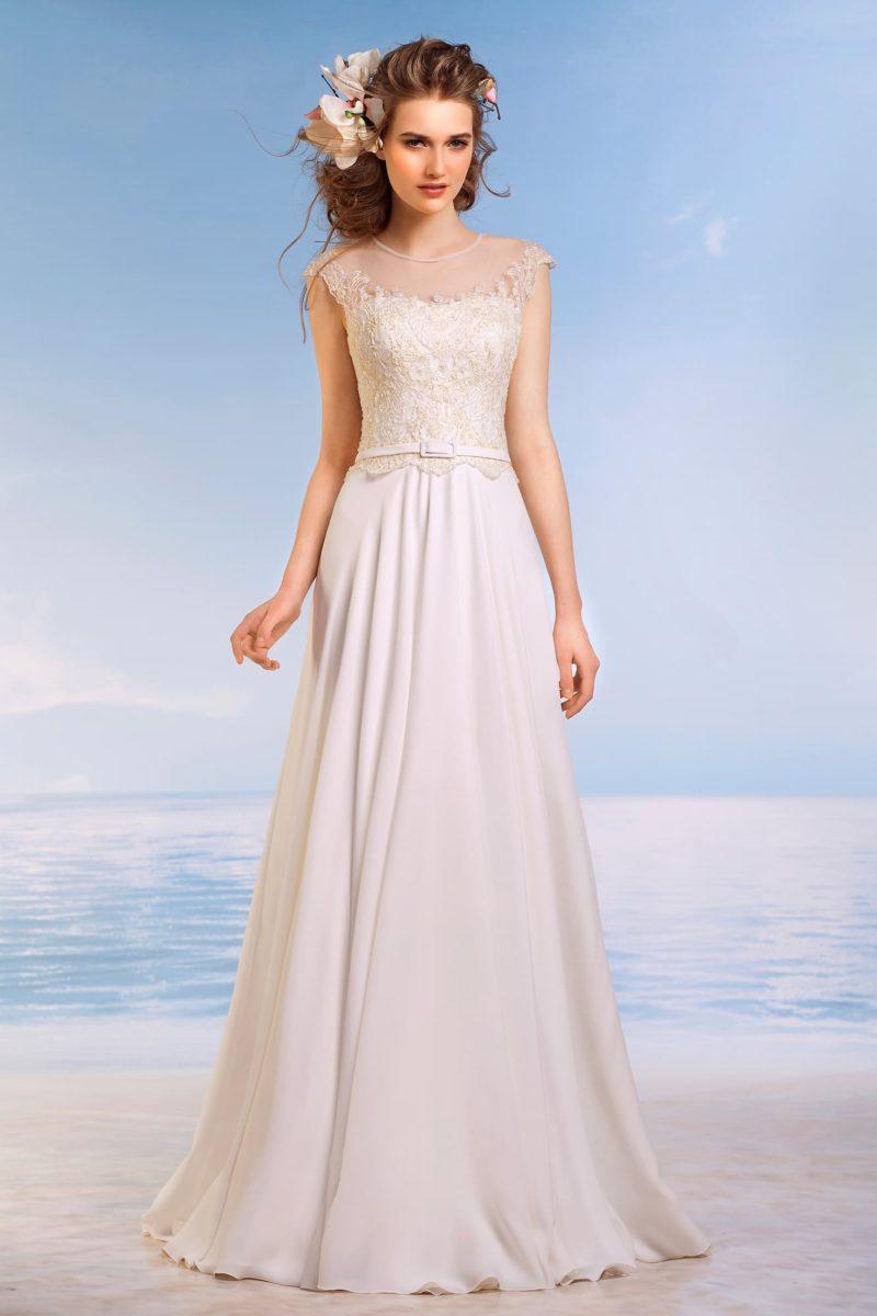 Прямое свадебное платье с округлым вырезом и кружевной отделкой по облегающему корсету.