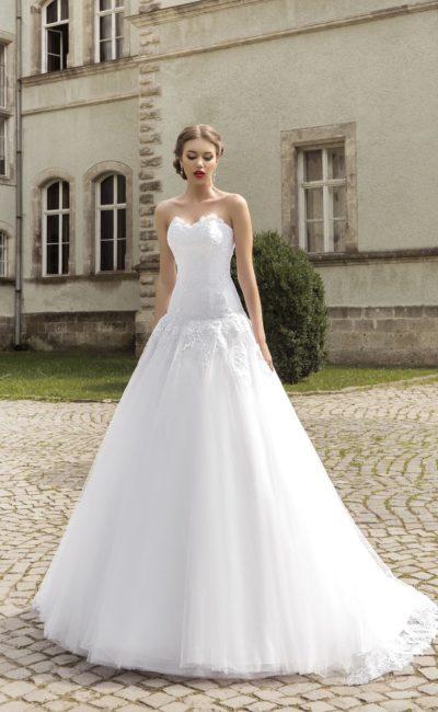 Свадебное платье в лаконичном стиле, с открытым кружевным корсетом и юбкой «принцесса».
