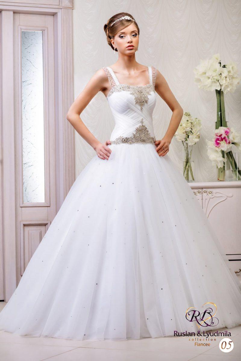 Свадебное платье со сверкающим декором лифа с широкими бретелями и торжественным низом.