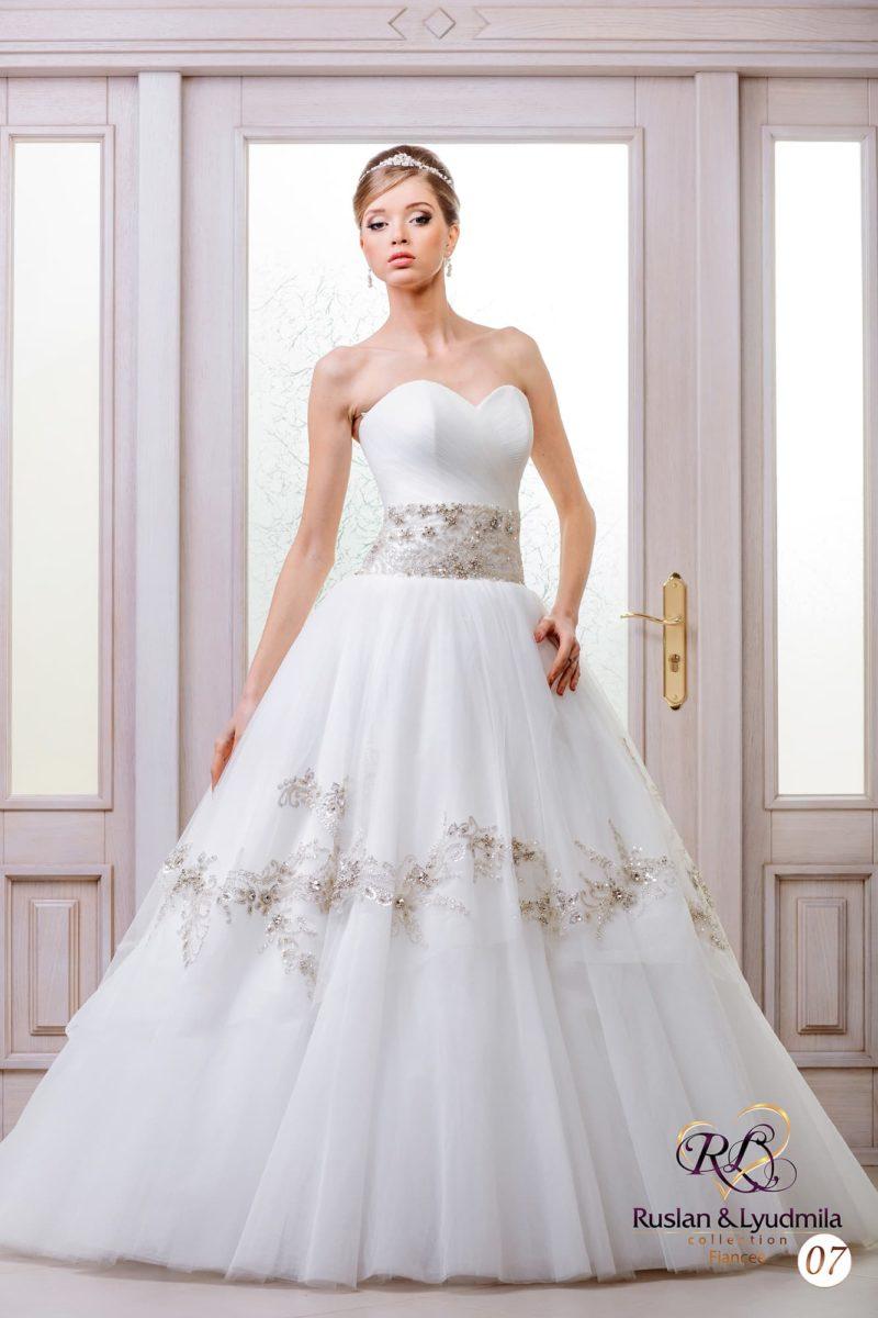 Свадебное платье «принцесса» с широким поясом и бисерным декором на пышной юбке.