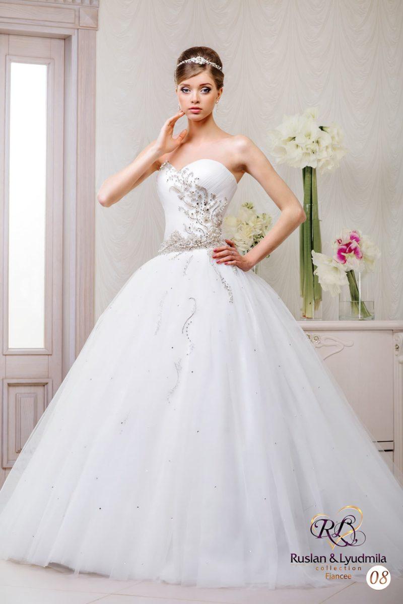 Свадебное платье с открытым корсетом традиционного кроя и бисерной вышивкой по верху.