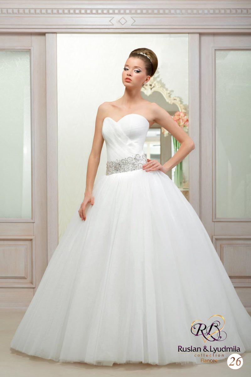 Пышное свадебное платье с элегантным лифом и широким поясом, покрытым вышивкой.