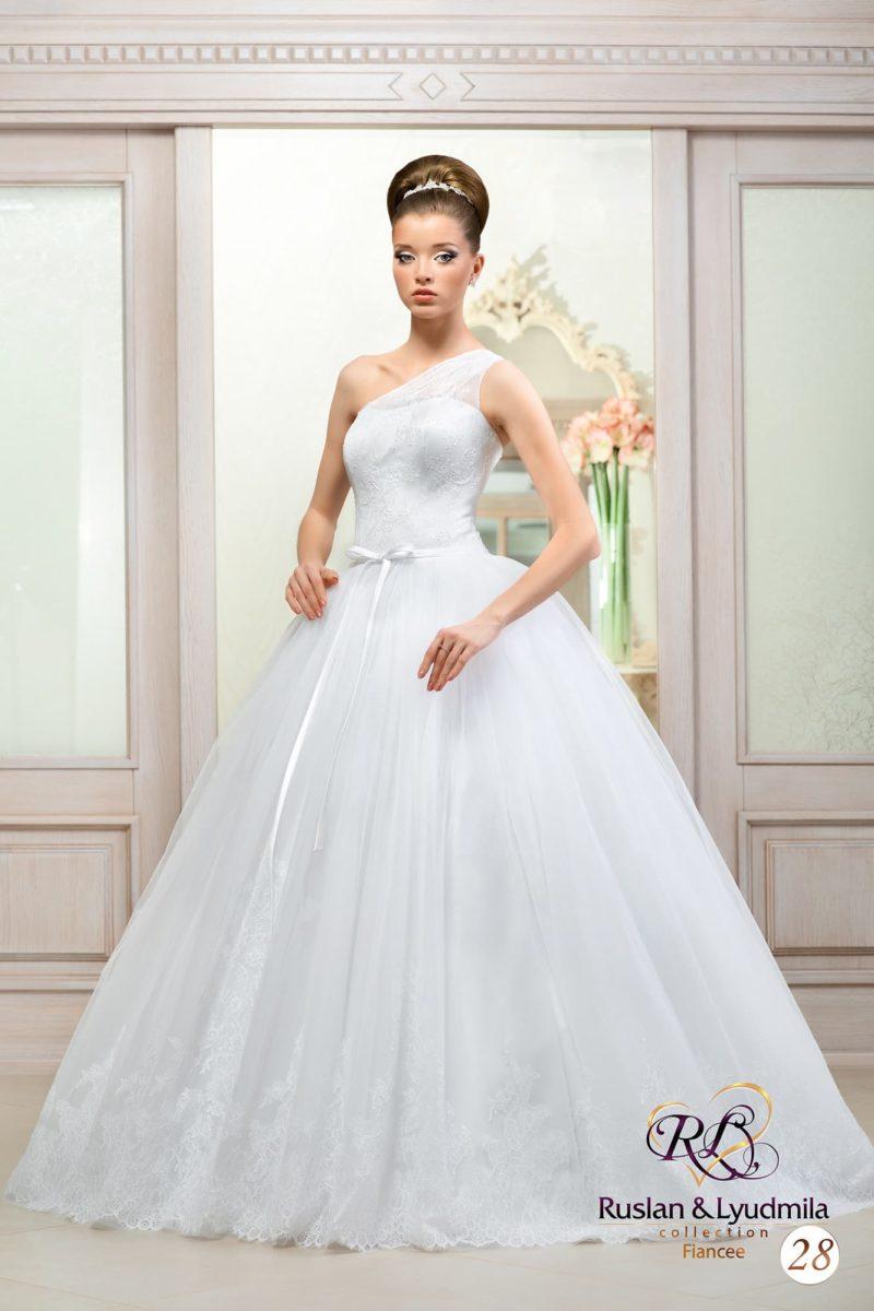 Роскошное свадебное платье с многослойной юбкой и асимметричным лифом, а также узким поясом.
