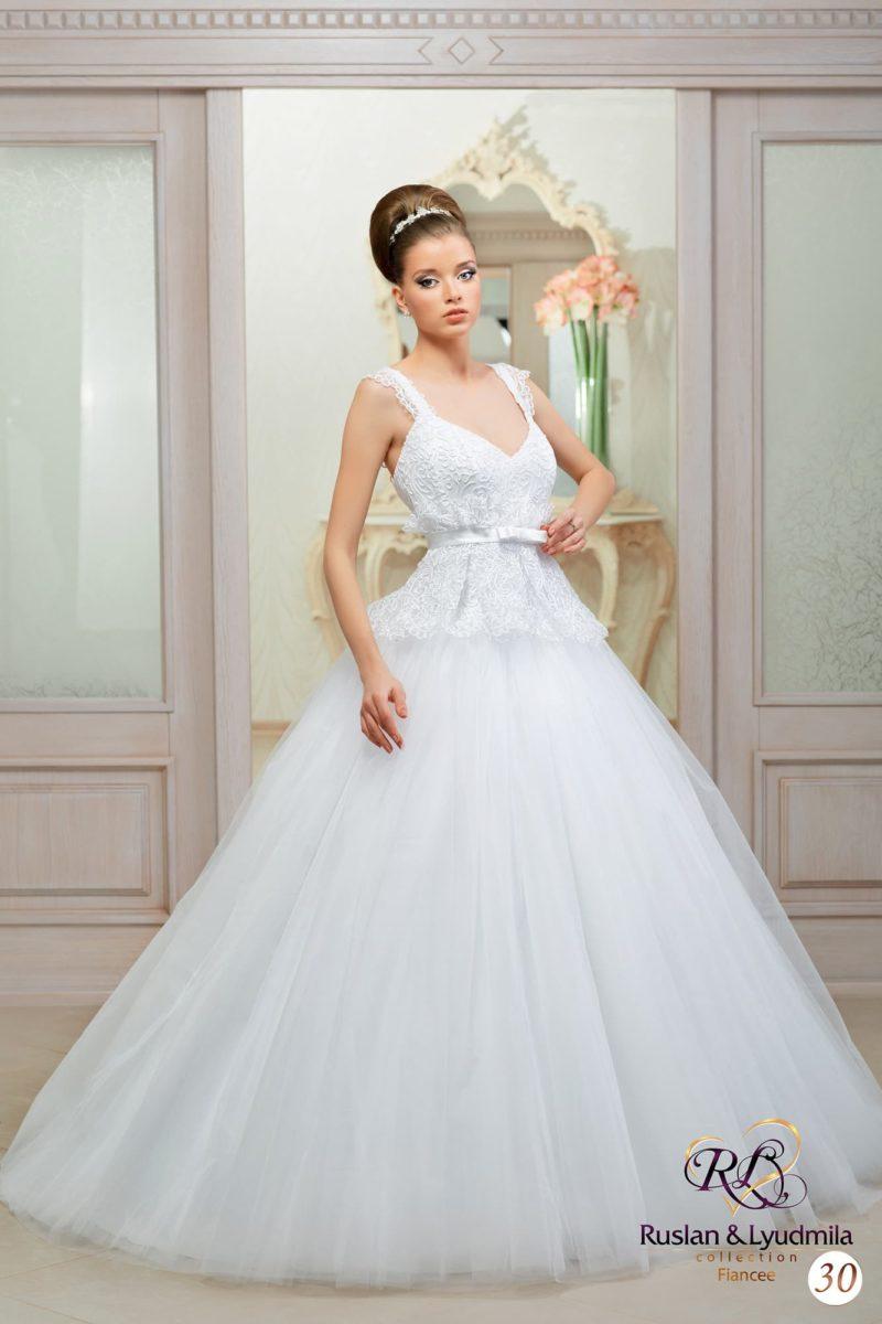 Свадебное платье с многослойной юбкой и кружевным корсетом, дополненным бретелями.