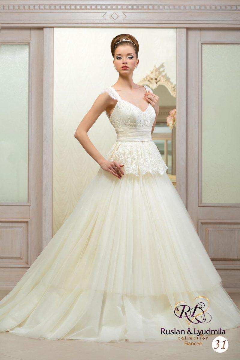 Изящное свадебное платье с пышной кружевной баской, многоярусной юбкой и широкими бретелями.