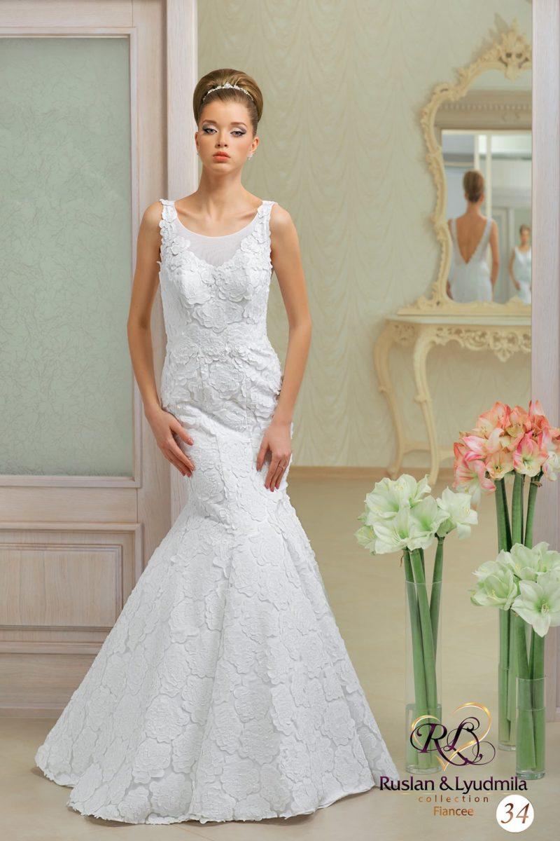 Женственное свадебное платье с элегантным декольте и отделкой кружевом с крупным рисунком.