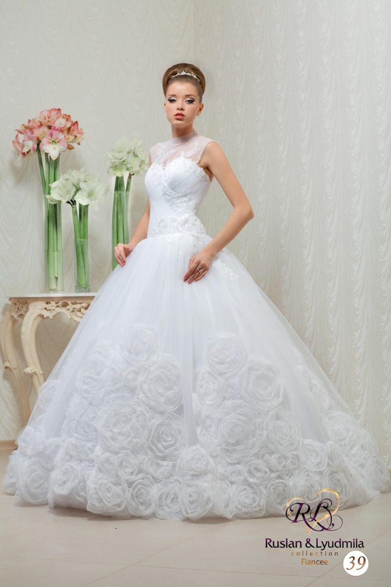 Свадебное платье с закрытой областью декольте и нижней частью подола, покрытой бутонами.