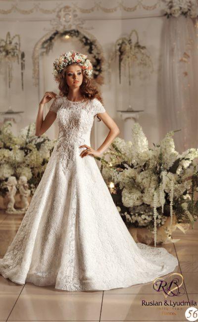 Фактурное свадебное платье с округлым вырезом, короткими рукавами и юбкой «трапеция».