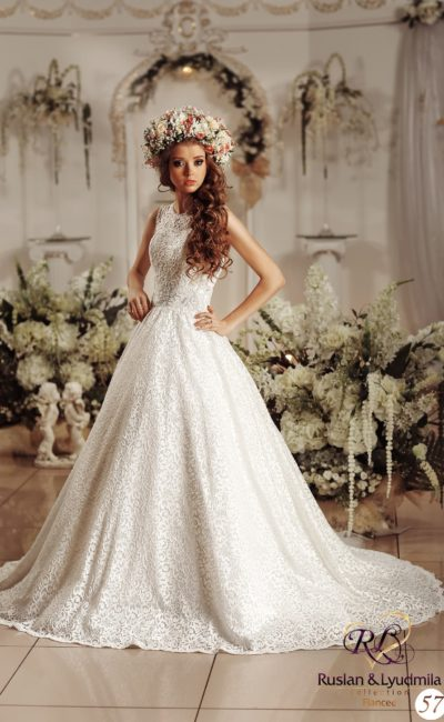 Классическое свадебное платье с закрытым верхом, подчеркивающим шею округлым вырезом.