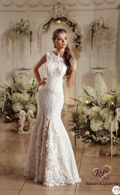 Закрытое свадебное платье с романтичными объемными бутонами, покрывающими подол.