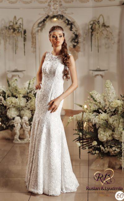 Нежное свадебное платье «русалка», декорированное кружевной тканью, с вырезом под горло.