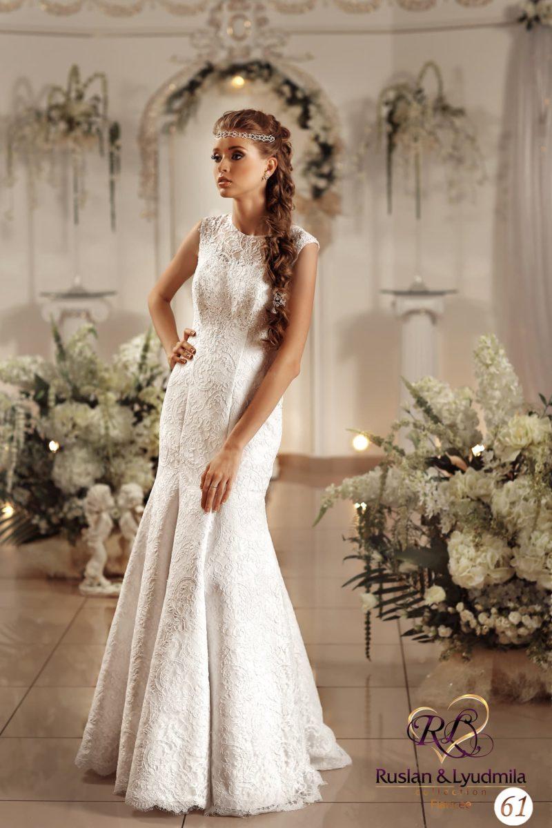 Женственное свадебное платье, облегающее фигуру и декорированное плотным кружевом.