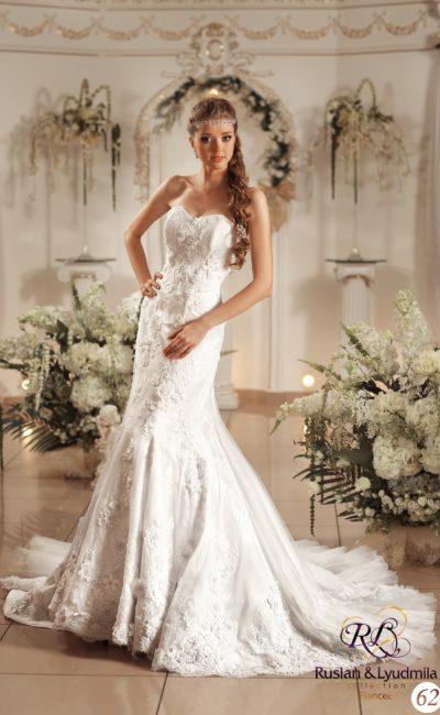 Свадебное платье с лифом в форме сердца, объемным декором и юбкой «рыбка» со шлейфом.