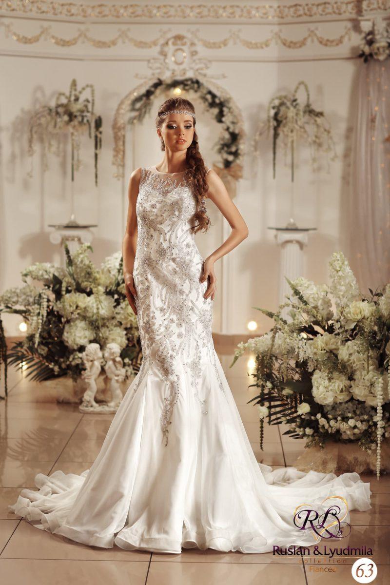 Свадебное платье с драматичным многослойным шлейфом и фактурным шитьем по корсету.