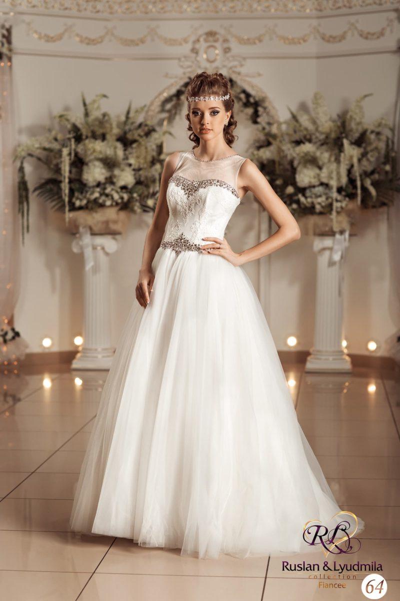 Свадебное платье с романтичной юбкой и отделкой серебристым бисером на корсете и лифе.