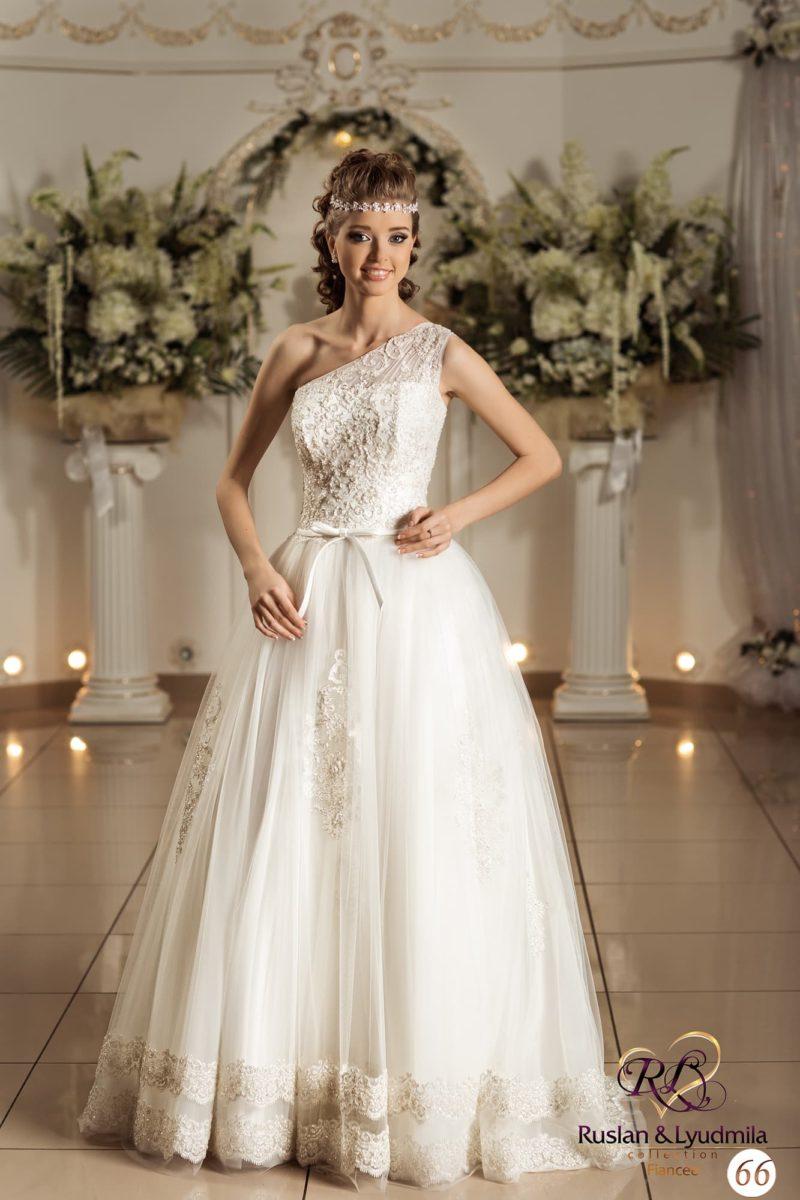 Изящное свадебное платье с золотистой отделкой закрытого лифа и объемной юбкой.