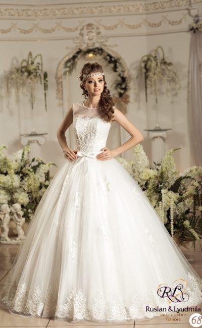 Роскошное свадебное платье пышного кроя с закрытым полупрозрачной вставкой декольте.