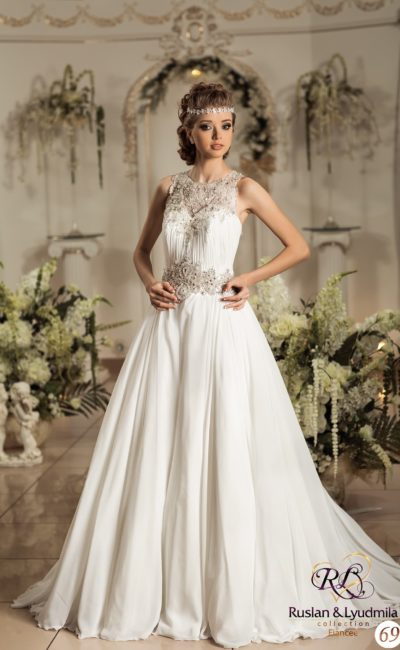 Торжественное свадебное платье А-силуэта с фактурным декором на лифе и на талии.