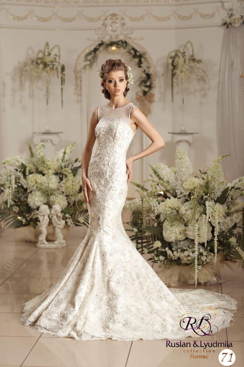 Великолепное свадебное платье «рыбка» с вышивкой по корсету и широким полукругом шлейфа.