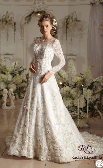 Свадебное платье с округлым вырезом, длинными рукавами и фактурным декором по всей длине.