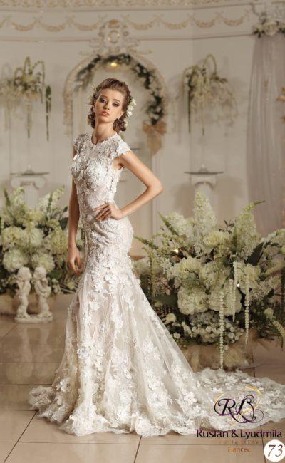 Мечтательное свадебное платье «рыбка» с объемной отделкой бутонами по всей длине.