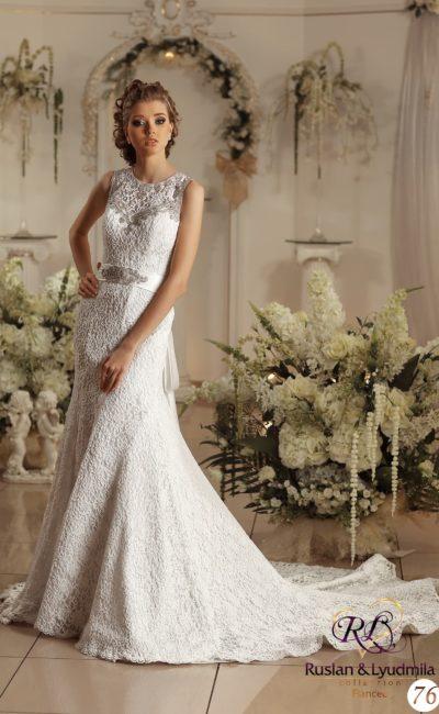 Свадебное платье «русалка» с изящным шлейфом и атласным поясом, сзади украшенным бантом.
