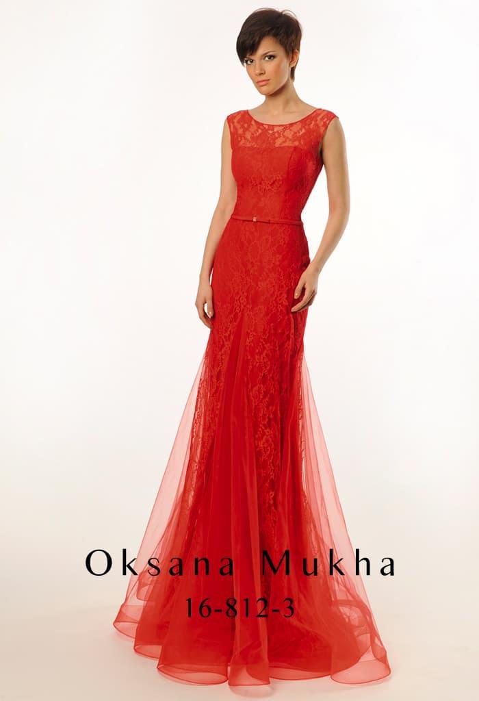 Великолепное вечернее платье с полупрозрачными волнами ткани по юбке и закрытым лифом.