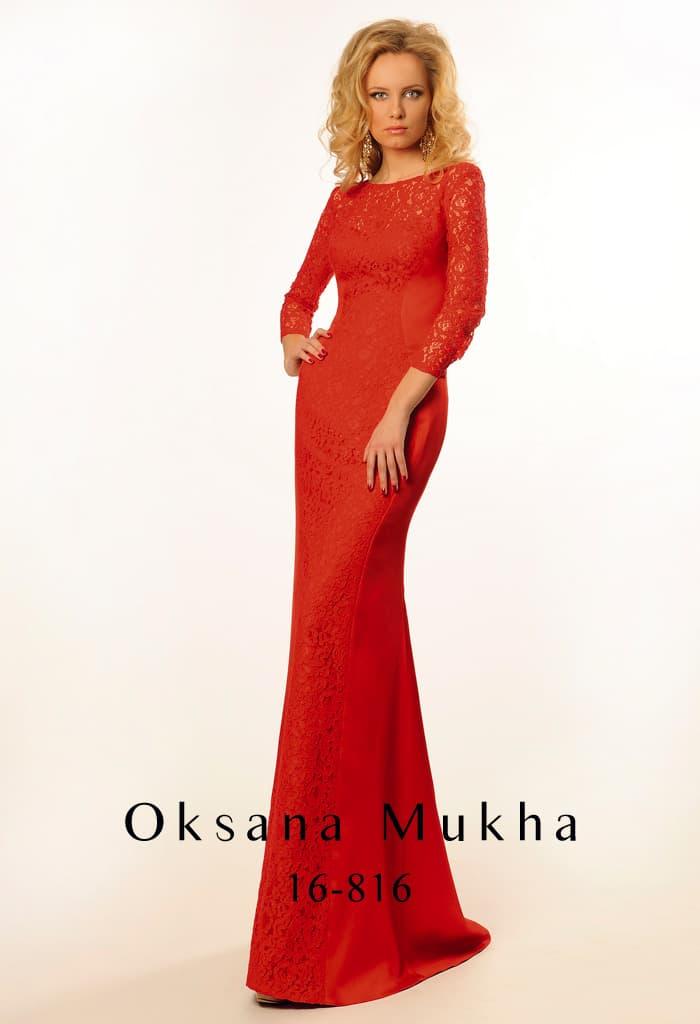 Кружевное вечернее платье красного цвета с облегающим рукавом и открытой спинкой.