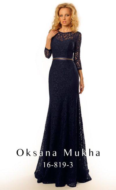 Кружевное вечернее платье благородного синего цвета, с глубоким вырезом сзади и узким поясом.