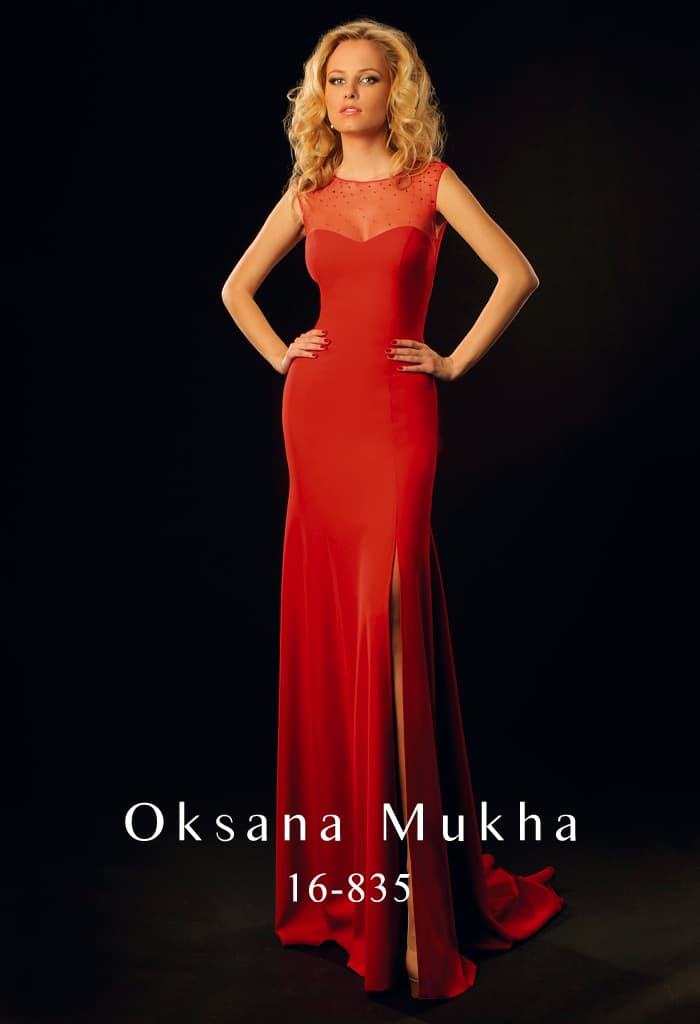 Алое вечернее платье, идеально облегающее фигуру, с небольшим разрезом по подолу.