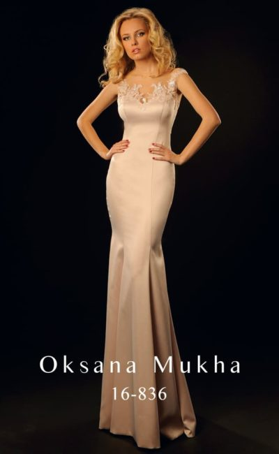 Атласное вечернее платье пудрового оттенка с кружевной вставкой на спине и открытым лифом.