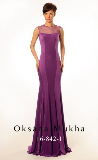 Облегающее вечернее платье фиолетового цвета с полупрозрачным верхом с вырезом на спинке.