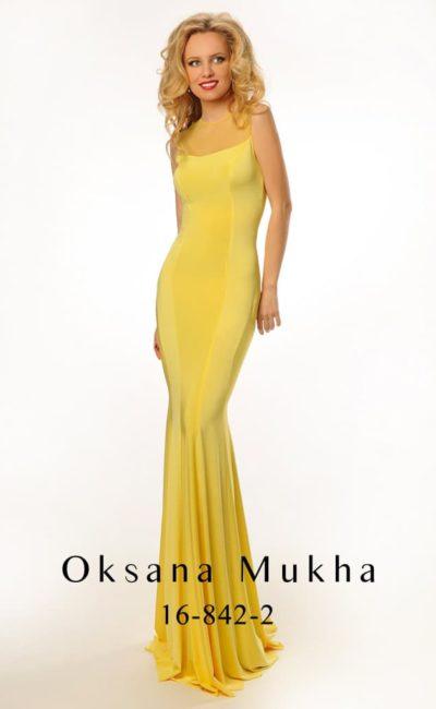 Стильное вечернее платье лимонно-желтого цвета со струящейся юбкой и вырезом сзади.