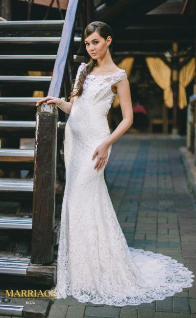 Свадебное платье с изящным округлым декольте, узкими бретелями и полупрозрачной спинкой.