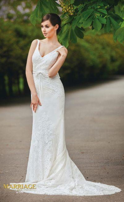 Свадебное платье с драматичным V-образным вырезом и открытой спинкой, украшенной бантом.