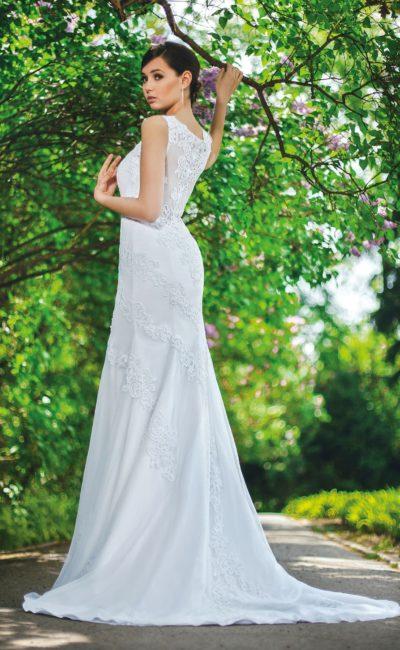 Прямое свадебное платье в утонченном стиле, с полупрозрачной спинкой и длинным шлейфом.
