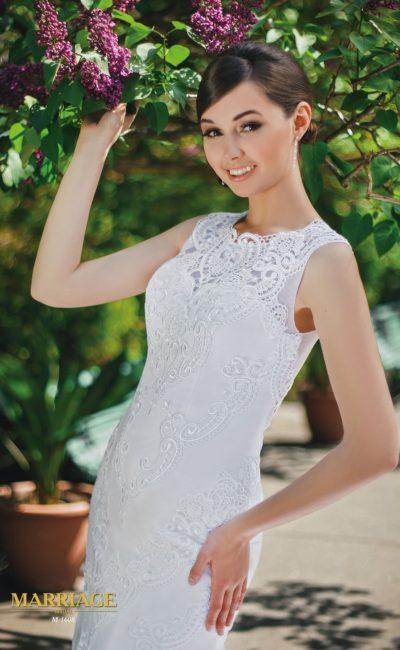 Облегающее свадебное платье с вырезом под горло и фактурной кружевной отделкой.