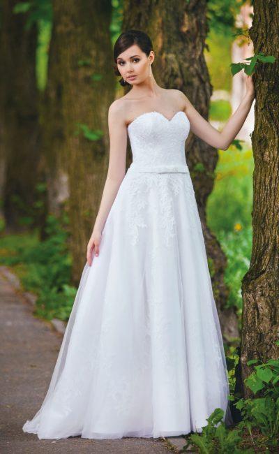 Романтичное свадебное платье с лифом-сердечком и узким поясом на естественной линии талии.