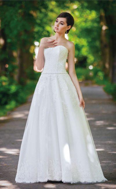 Пышное свадебное платье с утонченным открытым корсетом и нежной фактурной отделкой.