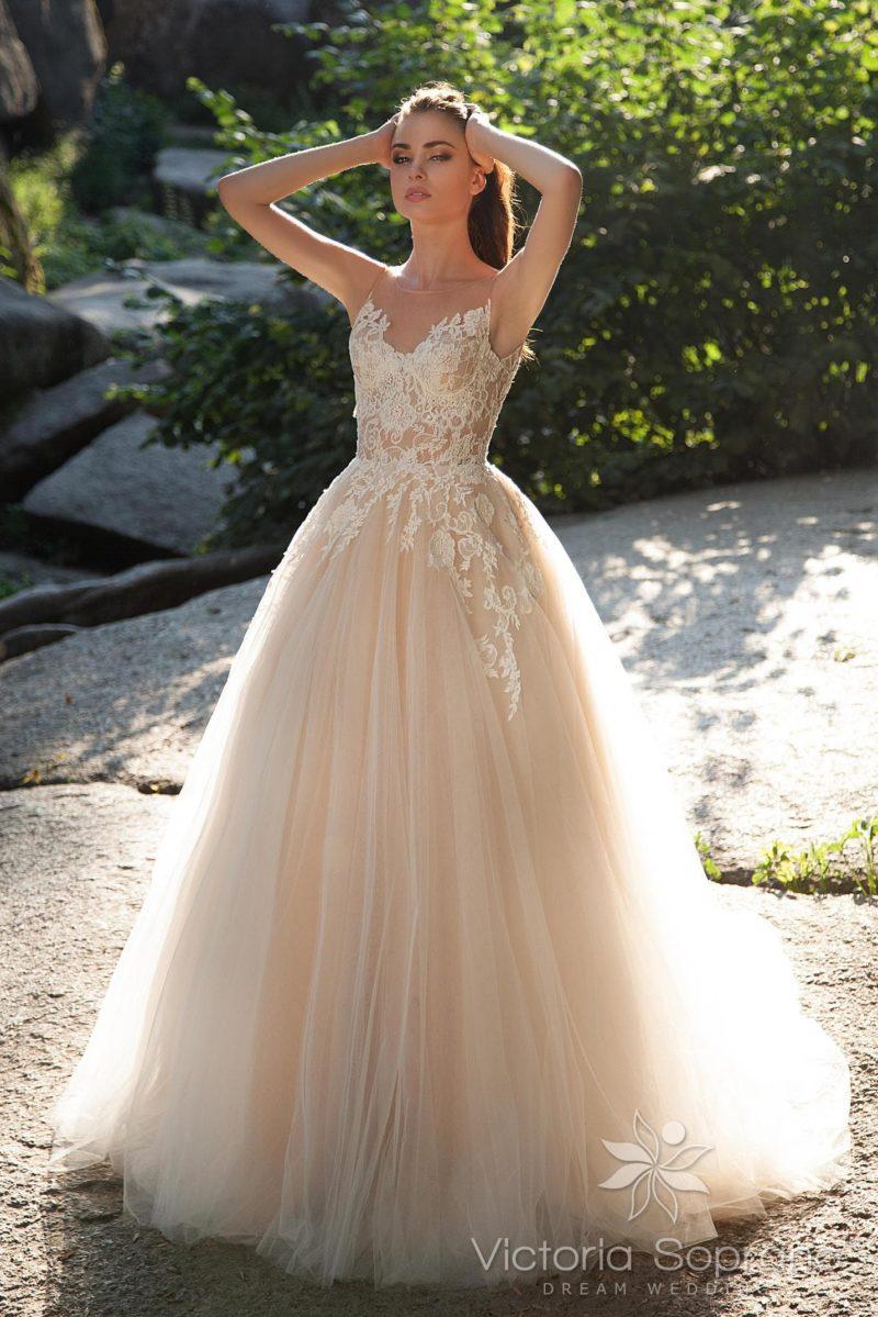 Бежевое свадебное платье с кружевным корсетом и торжественной пышной юбкой.