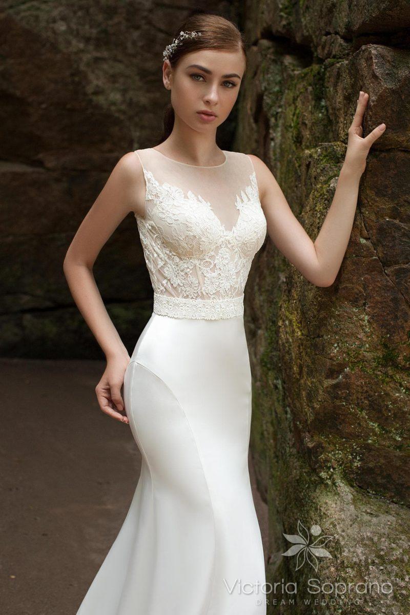 Облегающее свадебное платье с романтичным кружевным лифом с полупрозрачной вставкой.