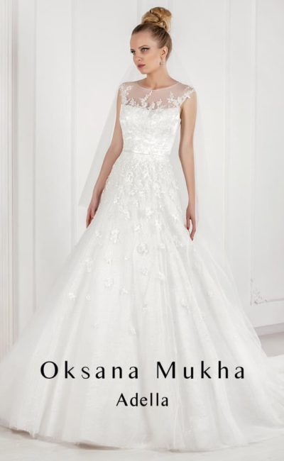 Свадебное платье «принцесса» с кружевной отделкой и тонкой вставкой над декольте.
