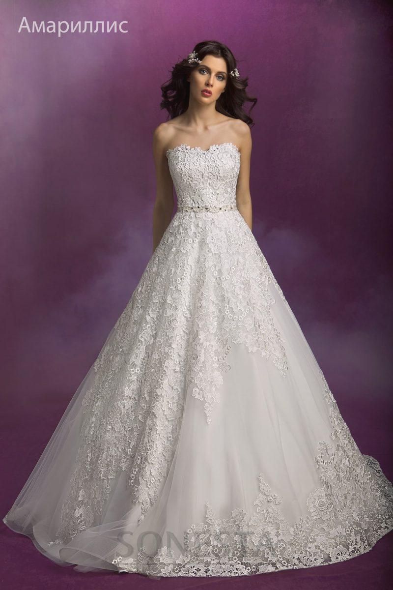 Открытое свадебное платье с плотным кружевным декором по корсету и лифу.