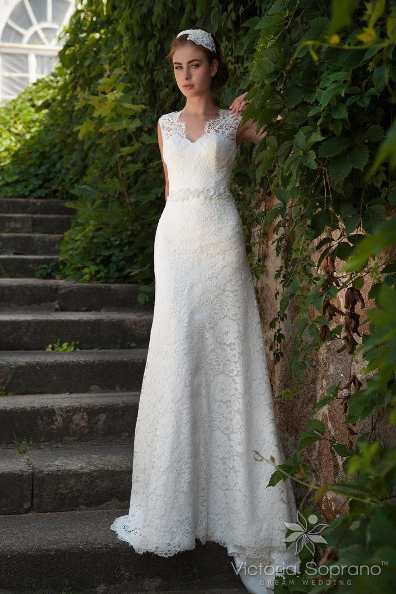 Кружевное свадебное платье с изысканными V-образными вырезами на лифе и на спинке.