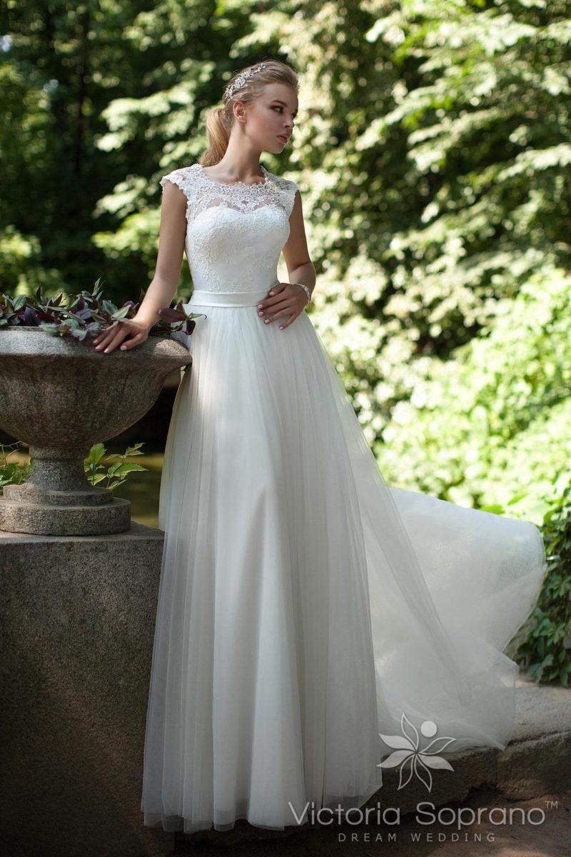 Стильное свадебное платье прямого кроя с кружевным верхом и поясом из атласа.