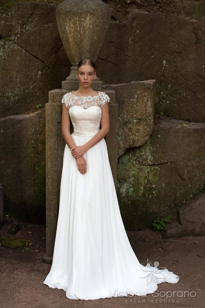 Изысканное свадебное платье прямого кроя с полупрозрачной спинкой и атласным поясом.