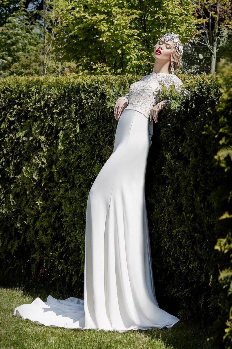 Шелковое свадебное платье прямого кроя с кружевной отделкой корсета и узким поясом на талии.
