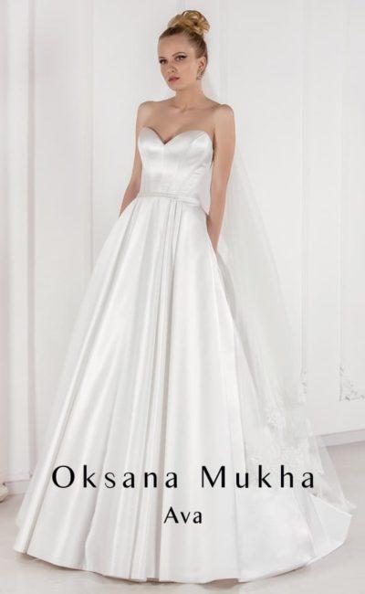 Открытое свадебное платье из глянцевого атласа, с пышной юбкой и лифом-сердечком.