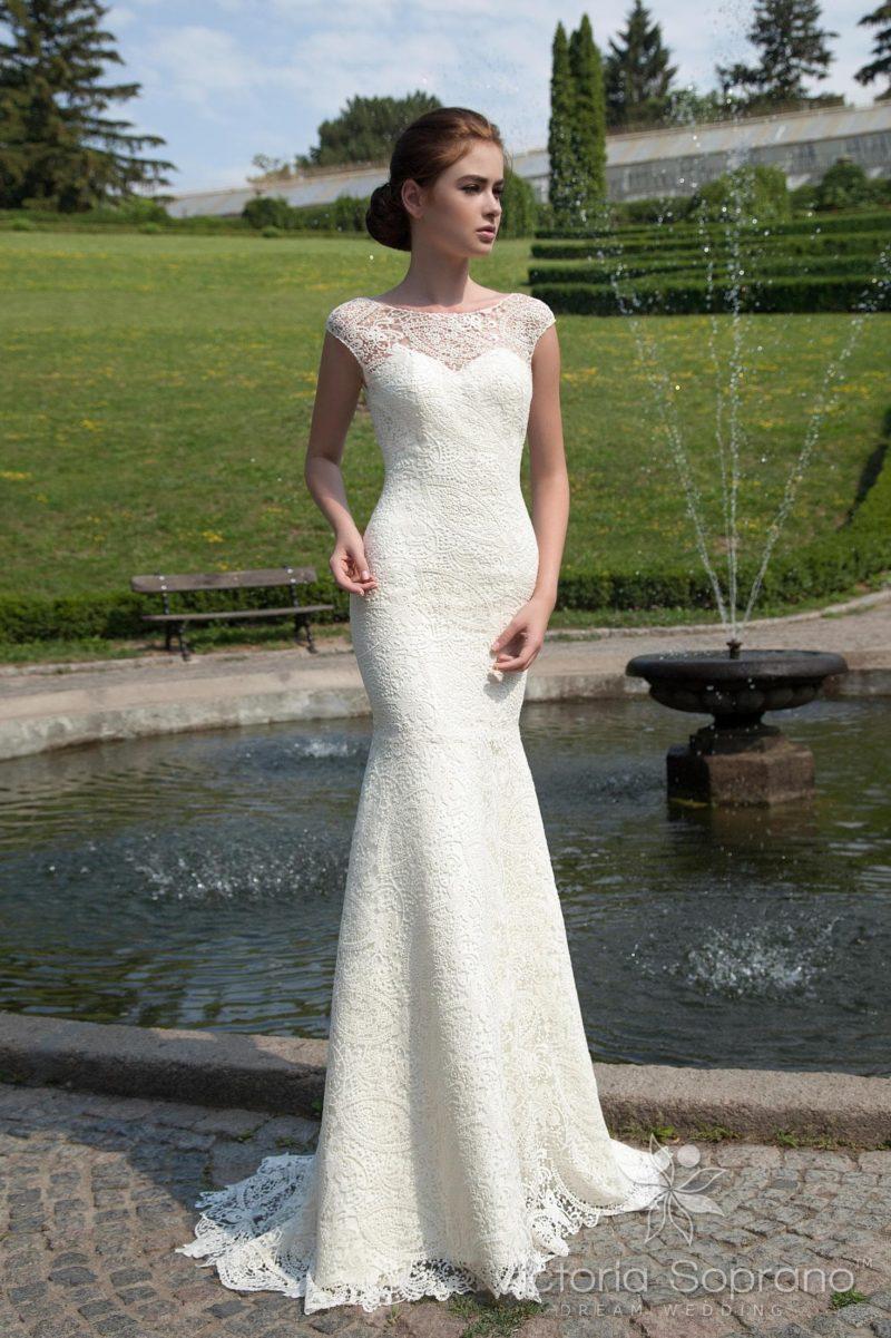 Прямое свадебное платье, по всей длине покрытое кружевом, с открытой спинкой.